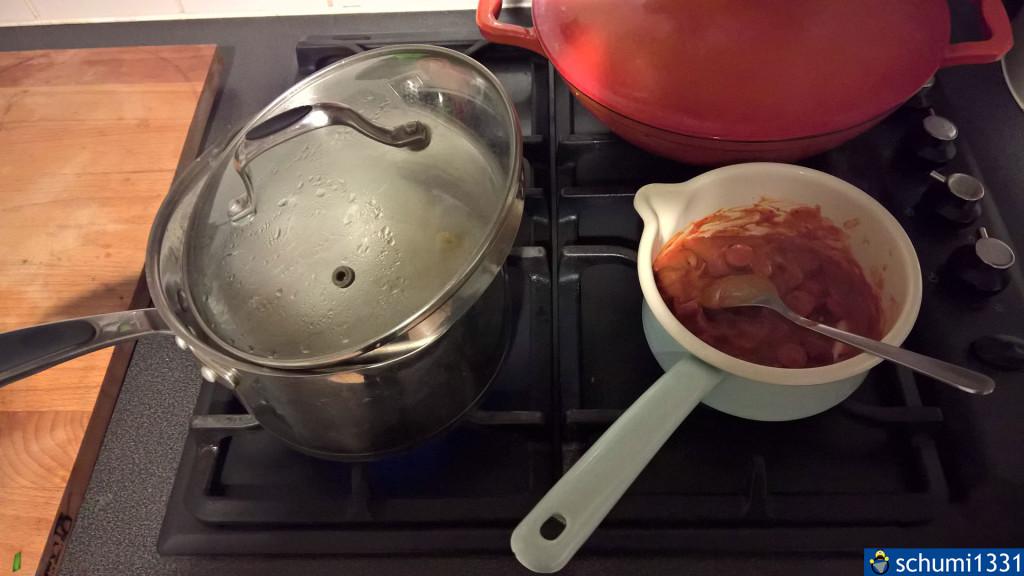"""Das erste Kochen; rechts unter den Gasreglern sieht man einen schwarzen Knopf, das ist das """"eingebaute Feuerzeug"""" :D"""