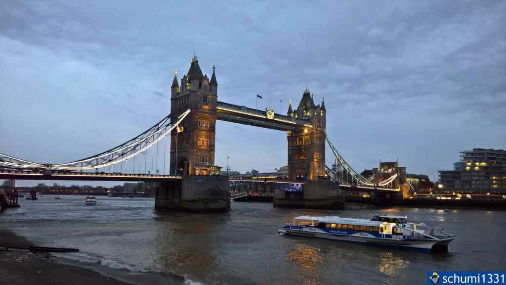 Die Tower Bridge in Abenddämmerung