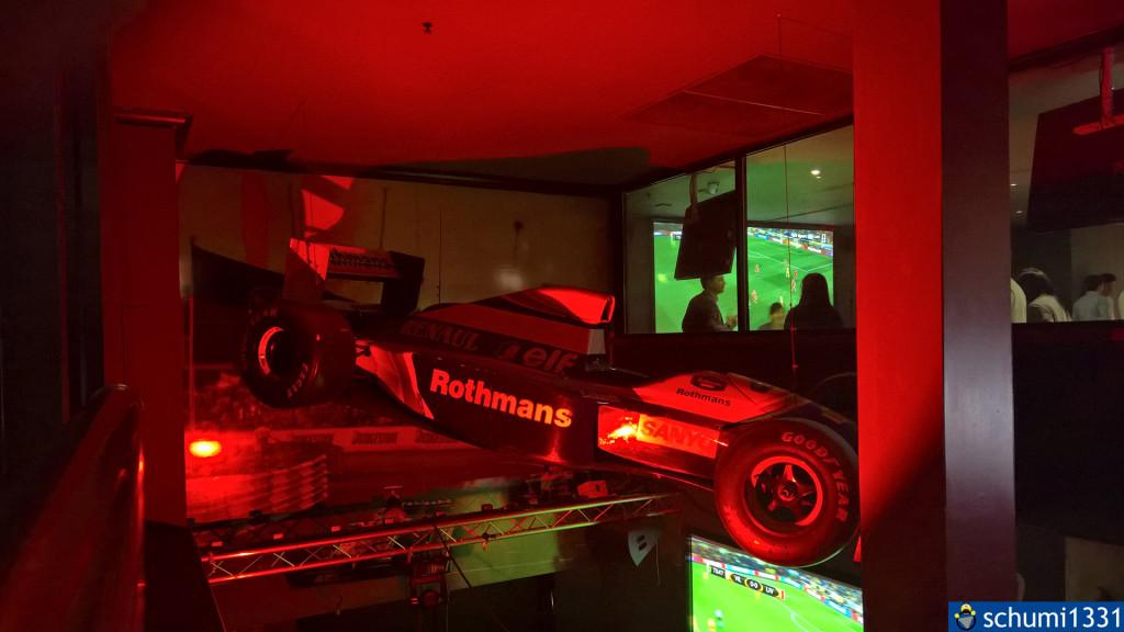 In der Sports Bar gab es ein hängendes F1-Auto, was mich an Monaco erinnerte