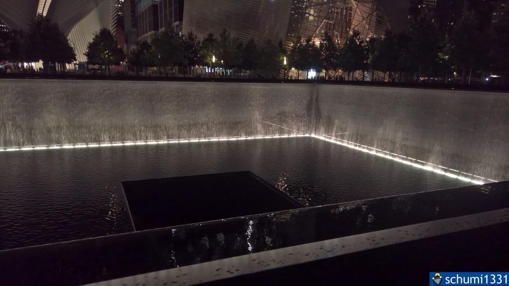 Nördliches Memorial in der Dunkelheit; auf den Fotos fällt mir auf, dass die Wasserfälle offensichtlich nur bei Nacht an sind