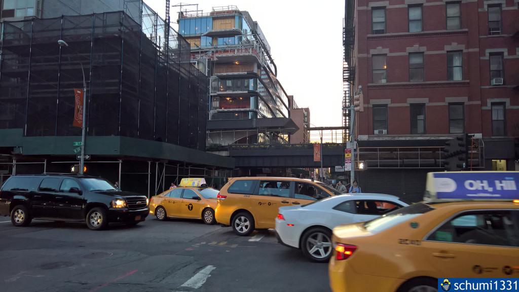 Ziemlich unauffällig ist hinten die schwarze Hochbahn zu sehen, auf der sich der High Line Park befindet