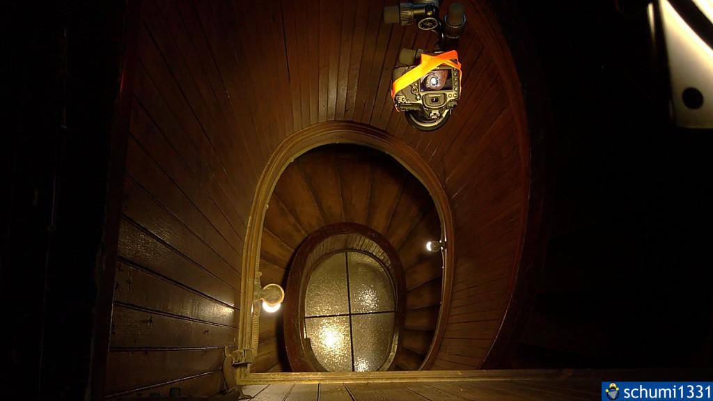 Die Treppe von oben samt Stativ und Kamera