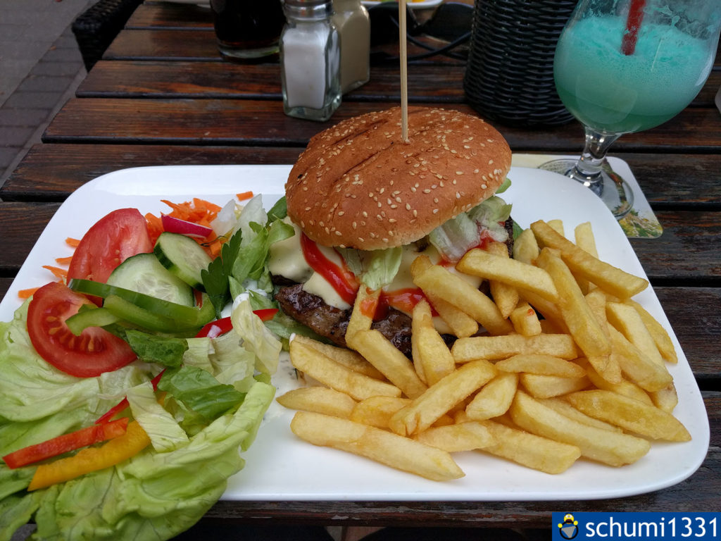 Cheeseburger mit Pommes im Alpha