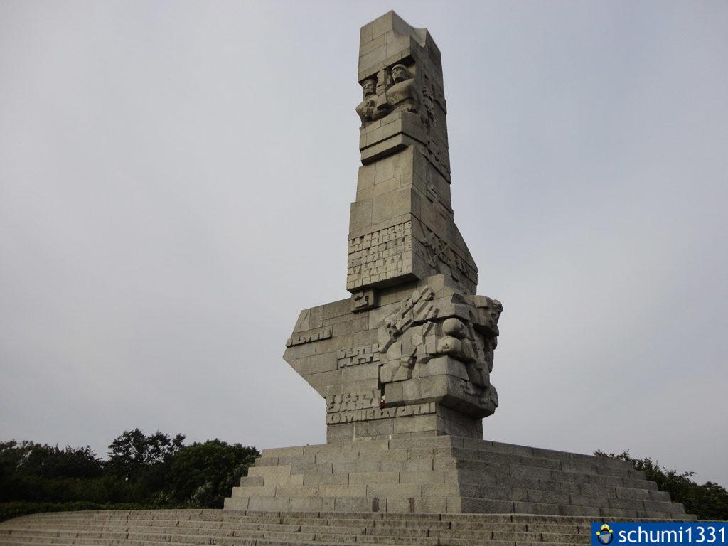 Das Westerplatte-Denkmal. Viele Inschriften sind auf Polnisch, aber nicht alle konnte ich entziffern. Vorne vor dem runden Aufgang zum Denkmal gab es ein Zitat von Papst Johannes Paul II.