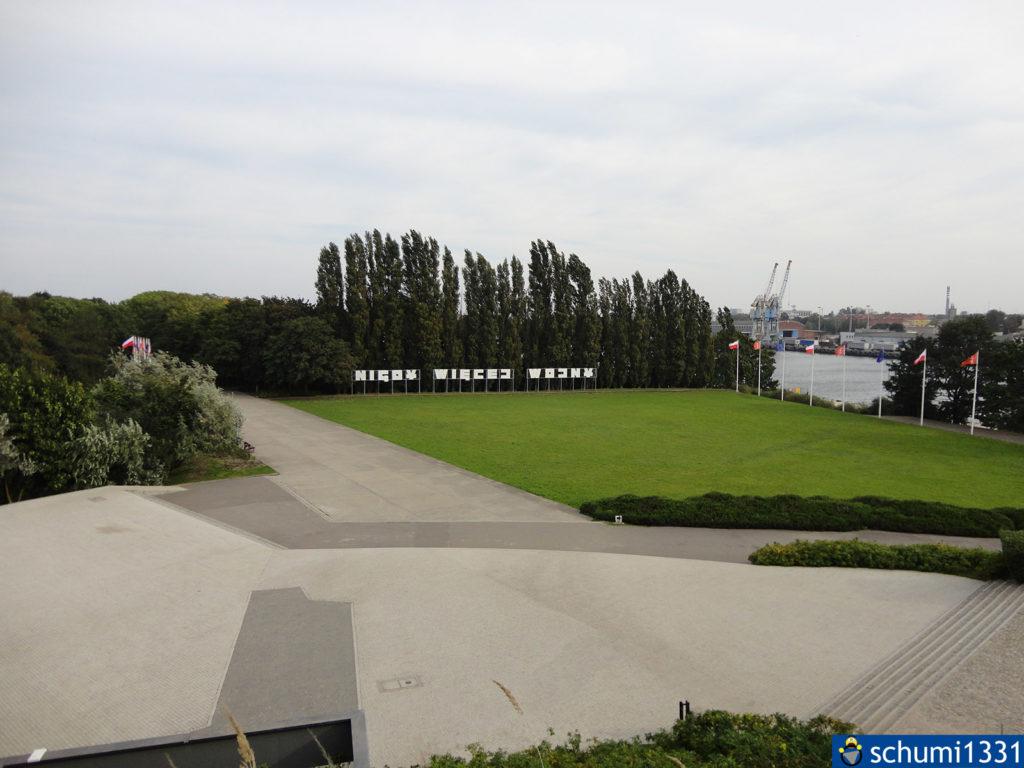 """Aussicht von der Denkmal-Plattform aus mit dem Schriftzug """"Nigdy więcej wojny"""" - """"Nie wieder Krieg"""""""