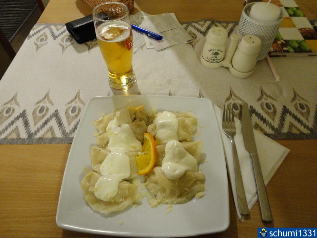 Pierogi auf die süße Art, gefüllt mit Frischkäse, darauf Sahne, gesüßt. Neben einem polnischen Bier haben wir hier auch die Postkarten geschrieben
