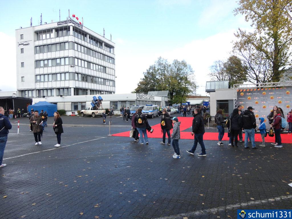 Überblick über den Anfang des Geländes mit Fotowand rechts und Polizeiwache hinten