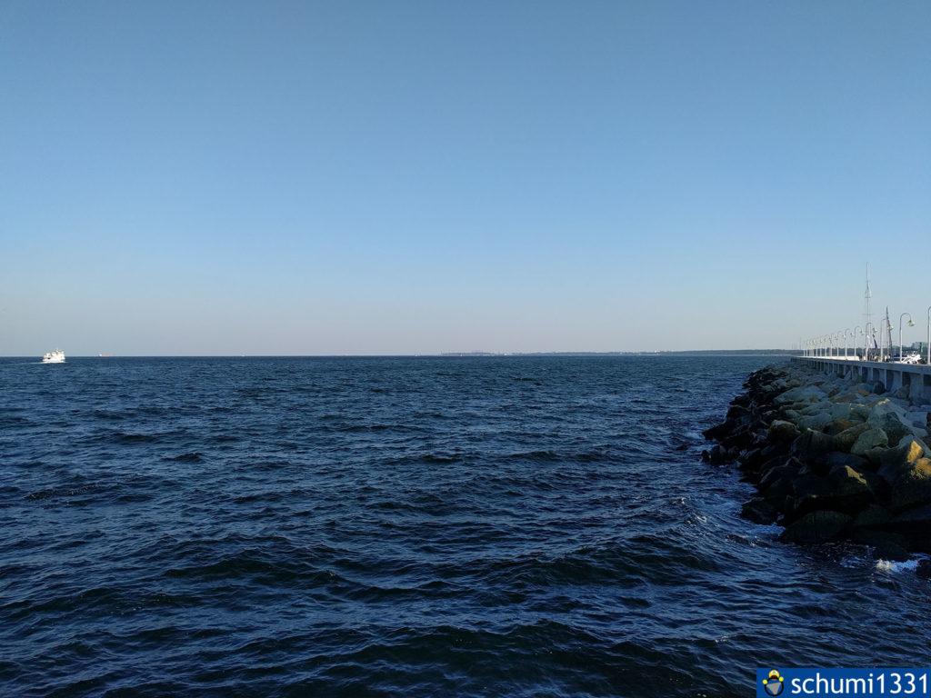 Meerperspektive vom Steg in Sopot aus; rechts der kleine Hafen und hinten Gdańsk