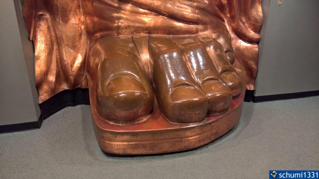 In der Ausstellung gab es eine 1:1-Kopie des Fußes in ursprünglicher Farbe