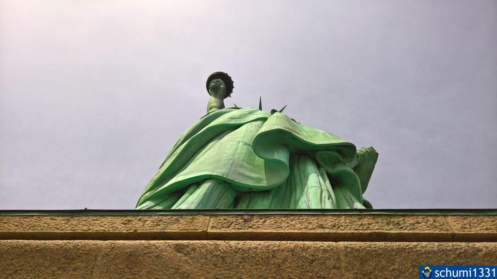 Zu Füßen der Statue